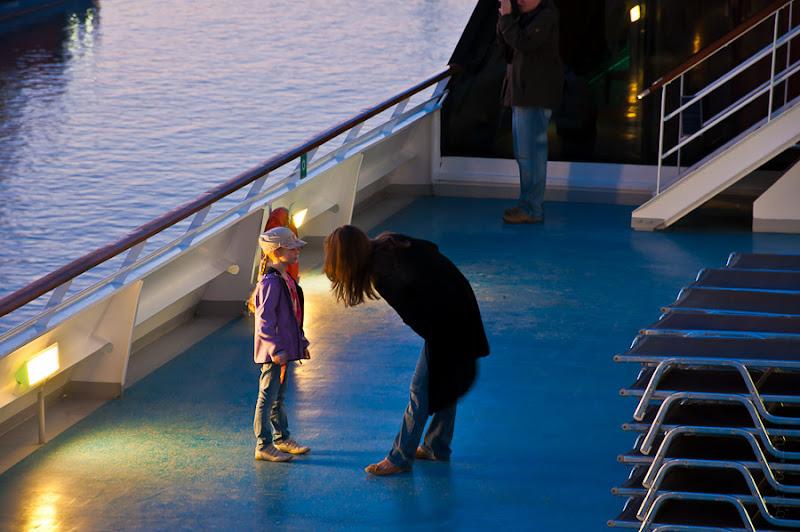 Третий день. Casablanca. Morocco. Круиз. Costa Concordia. Мама, воспитывающая свою дочь, на уже пустынной палубе.