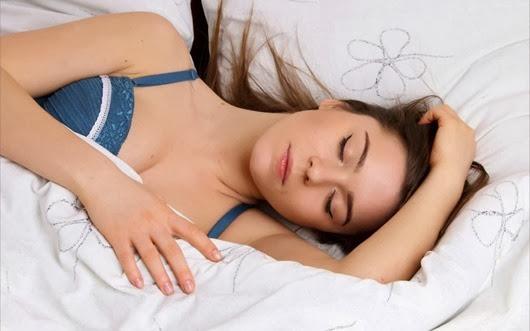 chica-durmiendo-en-su-cama-9469