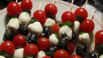 Mozarella-Tomaten-Oliven-Basilikum-Spieß