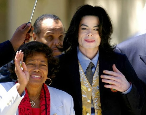 tn_620_600_Michael_Jackson_com_sua_mae_Katherine_foto_de_arquivo_2005