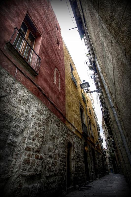 Barcelona gothic quarter street.png