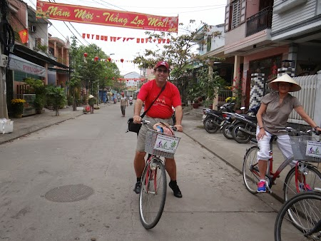 18. Pe bicicleta in Hoian.JPG