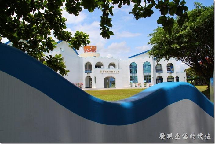 台東豐源國小-地中海造型學校。從學校正門圍牆一窺學校的地中海風光。