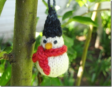 From Natural Suburbia a nice little knitted snowman ornament pattern !