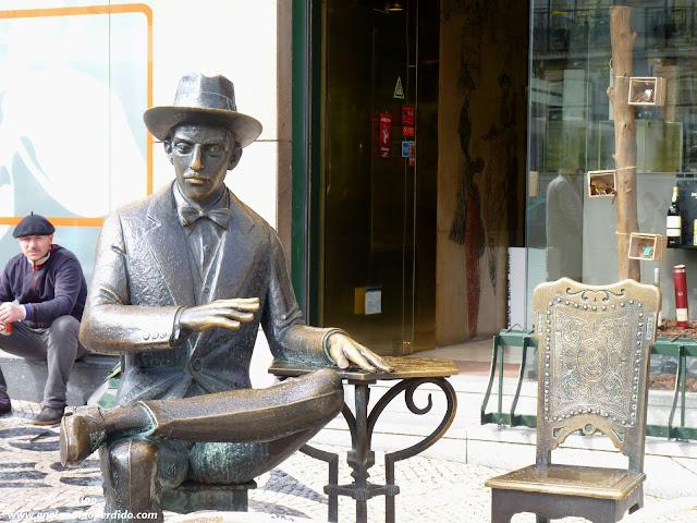 estatua-de-pessoa-cafe-a-brasileira-lisboa.JPG