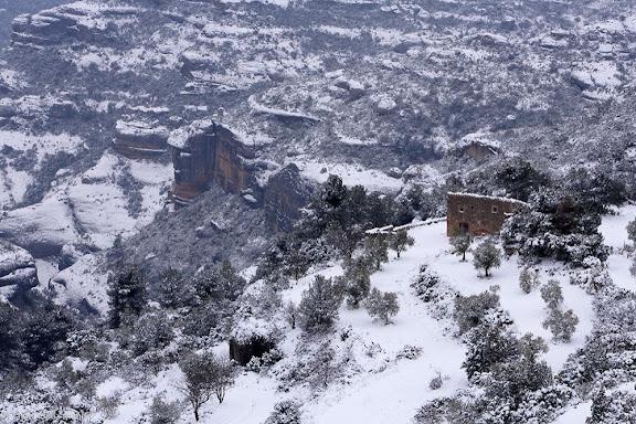 Congost de Fraguerau, riu Montsant, en primer terme la serra de la Llena, paisatge nevatUlldemolins, Priorat, Tarragona