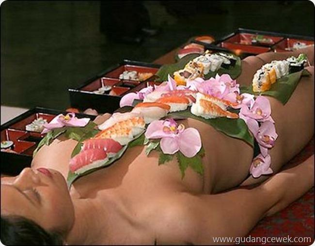Tradisi Makan Sushi di Atas Tubuh Wanita Telanjang || gudangcewek.com