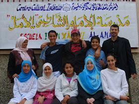 Latifa Boumediane con alguno de su alumnos de la madrasa.