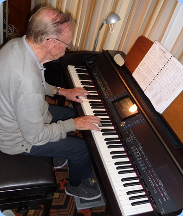 Colin Crann kindly stood in the breach to cover the arrival music. As always, Colin played very nicely on the Club's Yamaha Clavinova CVP-509