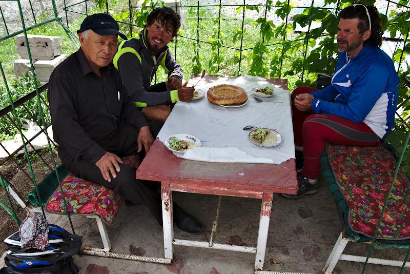 Pauza de masa, la una din cafenelele Kyrgyze.
