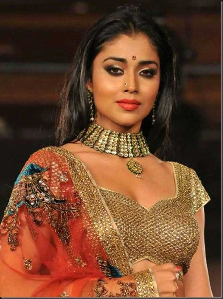Shriya-Saran-Spotted-at-CCL-Curtain-Raiser-3