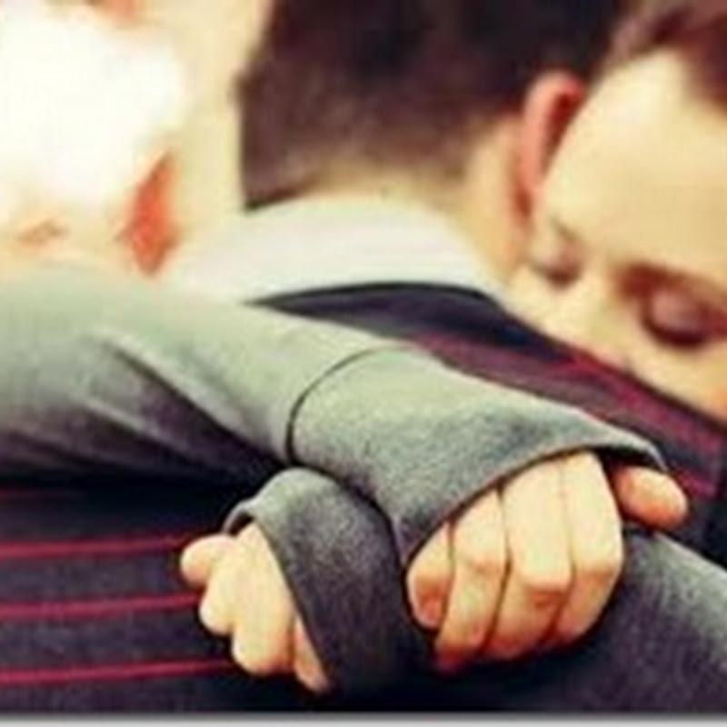 عناق المرأة واحتضانها مفيد لقلبها
