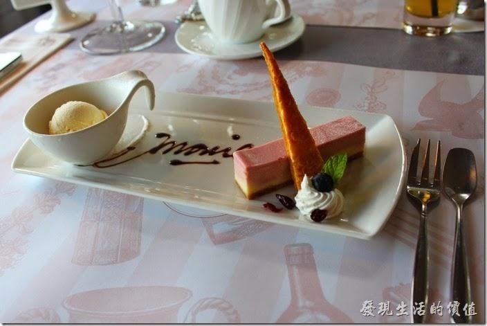 台南-瑪莉洋房(Marie's House)。覆盆子起士蛋糕。這甜點剛端上來的時候,有點給它受寵若驚,因為擺設實在太漂亮了,還有巧克力寫上瑪莉的英文字,相信這個字可以變更成任何英文字。