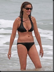 julia-roberts-black-bikini-hawaii-03-675x900