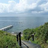 Badebroen fra sommerhuset og kajakkerne på vandet