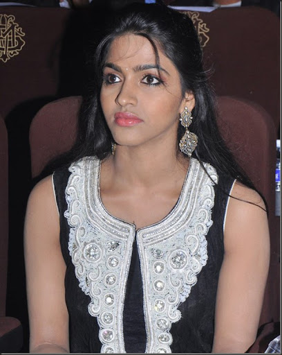 Actress Dhanshika New Pics in Dhanshika Hot In Peranmai