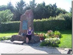 2012.08.09-003 Stéphanie près du monument commémoratif