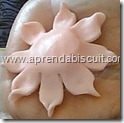 Flor de biscuit para lembrancinha de maternidade 2
