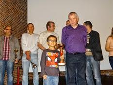 2014.11.01-010 Alain vainqueur D remet sa coupe à Florian