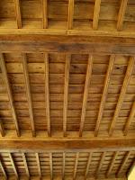 soffitto a cassettoni riprodotto in legno nuovo