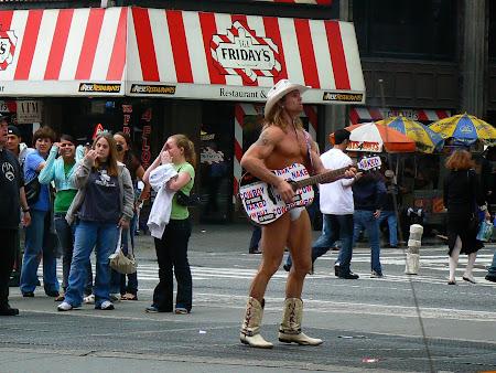 Obiective turistice New York: Cowboyul dezbracat din Times Square