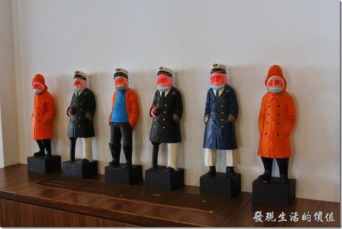 台南林百貨四樓一上來就看到一排荷蘭水手的木雕人偶作品陳列。