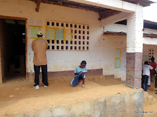 Un enfant additionne les résultats de la présidentielle du 28 novembre (Matadi, Bas-Congo). Radio Okapi