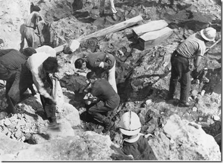 A Nantes après le passage des bombardiers on fouille les décombres.