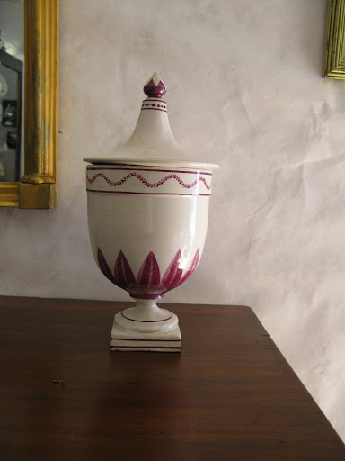 I loved the delicacy and simplicity of the painted design - the decorative details have so much inspiration. The shape of the lid was also quite appealing to me.