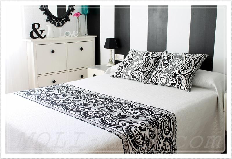 decoracion-dormitorio-cama-de-matrimonio-pared-a-rayas-blancas-y-negras