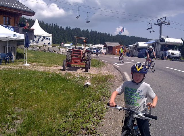 August på vej ned foran Saxo lejren