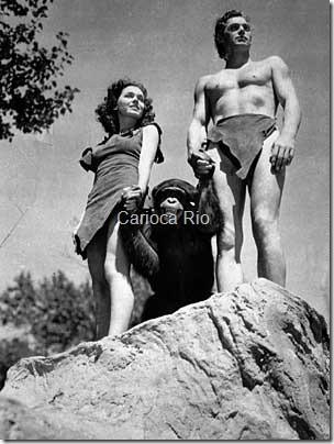Johnny Weissmuller, à direita, como Tarzan;Maureen OSullivan, como Jane, e Cheetah, emcena de 1932