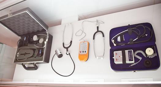 1940. De esta década son los conocidos como Rappaport-Sprague, diseñados por el Dr. Howard Sprague (1895-1970), eminente cardiólogo de Boston, y el ingeniero electrónico experto en acústica, Maurice Rappaport. Comercializado inicialmente por Hewlett Packard acabó perteneciendo a Philips Medical Systems y se consolidó como el más prestigioso de su tiempo, fácilmente reconocido por sus dos tubos de látex que llegaban hasta la caja, la cual reunía campana (para auscultación cardiaca) y membrana (para auscultación pulmonar). Similar al Rappaport-Sprague, de uso principal por cardiólogos y neumólogos, fue a inicios de la década de los 60 el Tycos, que compartía una campana y dos membranas.