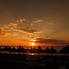 Morning rays by Janeta Sandutu - Landscapes Sunsets & Sunrises ( raze de soare, umbrelute, rasarit, rasarit mangalia )