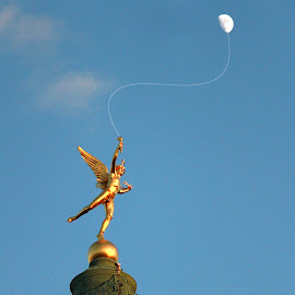 Bilboquet with the moon by Arti Fakts - Buildings & Architecture Statues & Monuments ( angel, paris, moon, bastille, string, column, bilboquet, play, france, game, gold, artifakts )