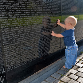 Vietnam Wall by Tyrell Heaton - News & Events US Events ( vietnam wall )