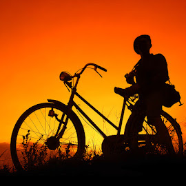 motret neng sawah by Indra Prihantoro - People Street & Candids ( sunset, sunrise, bicycle )