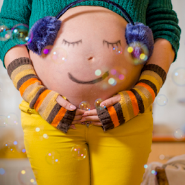 bubble smile by Bogdan T. Fotografie - People Maternity ( maternity, mother, pregnancy, bubbles, pregnant, children, baby, people, belly, colours )