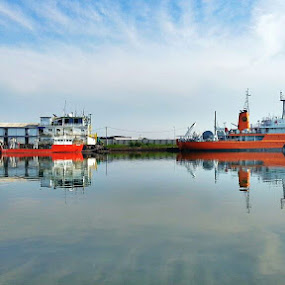 Suatu pagi di pelabuhan cirebon by Hangga Pribadi - Instagram & Mobile Android