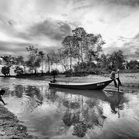 MUARA ALAI by Sharulfizam Adam - Black & White Landscapes ( water, sky, peoples, black & white, human interest, landscape, boat )