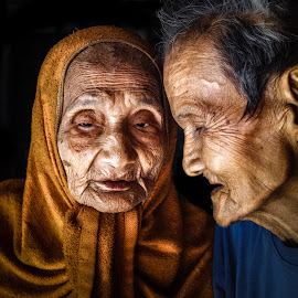 A place of refuge by Sơn Hải - People Couples ( love, old, couple, vietnam, improving mood, moods, red, the mood factory, inspirational, passion, passionate, enthusiasm )