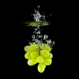 Fresh grapes by Klemen Holc - Food & Drink Fruits & Vegetables ( water, grapes, green, aquarium, black )
