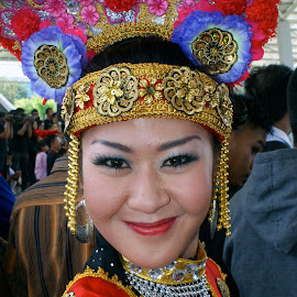 natural smile front of the camera of a girl dressed betawi by Hartono Wijaya  - Novices Only Portraits & People ( fashion, girl, woman, indonesia, smile )