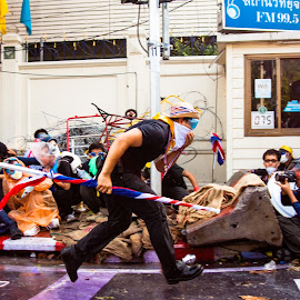 Bangkok protester flees the front line by Ty Oneil - News & Events World Events ( potest, protest, thailand, riot )