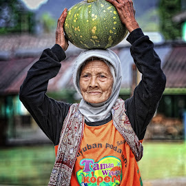She said, she is not gonna begging for any money, for her grandchild. She will work hard. by Ifan Wibowo - People Portraits of Women