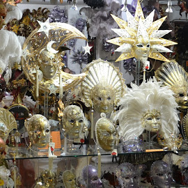 maschere in vetrina by Francesco Benettolo - Artistic Objects Clothing & Accessories ( venezia, carnevale, travestimenti, vetrina, maschere )