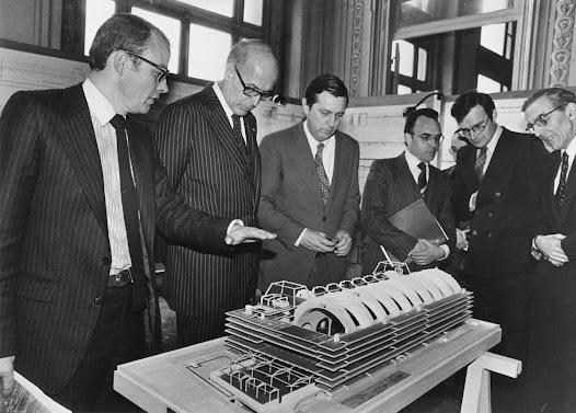 Entre mai 1968 et le premier choc pétrolier, les sensibilités et les politiques architecturales avaient évolué. Les débats soulevés par la destruction des Halles et l'accueil mitigé réservé à la nouvelle gare Montparnasse rendent tout projet plus délicat. La gare et son hôtel, fermé en 1973, demeurent en place.
