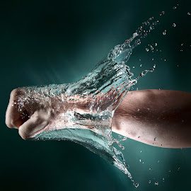 power by Lys Bra - Abstract Water Drops & Splashes ( water, speedlight, flash, fredrikstad, splash, punsh, fist, norge, ostfold, norway )