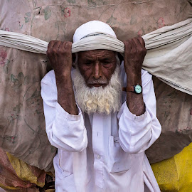 Burden On Old Bones - II by Inayat Shah - People Street & Candids ( old age, pakistan, islamabad, poverty, labour )