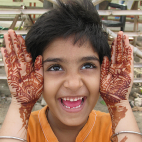 Look how is my heena? by Shishir Desai - People Street & Candids ( hand, girl, smile, heena, Emotion, portrait, human, people, person, tattoo )